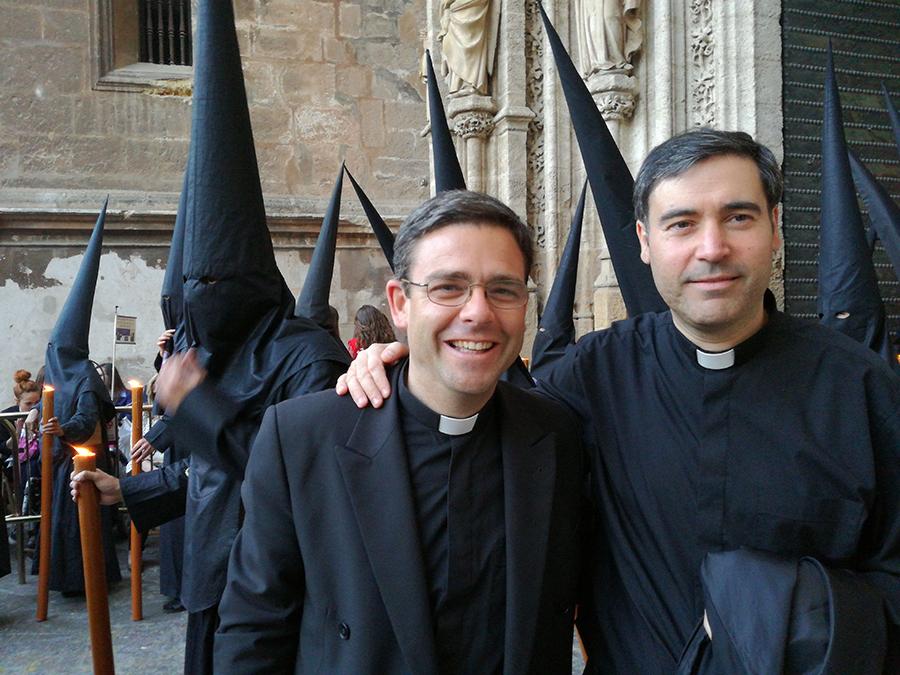 El P. Borja MacCrohon L.C. con un amigo sacerdote de Sevilla