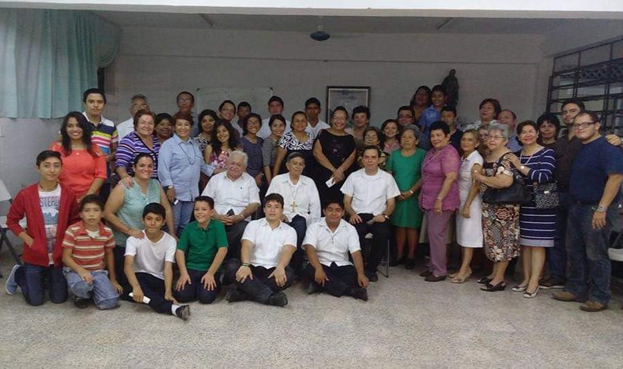 El P. Edward Pereira, LC, junto a Monseñor Bernal, LC, Obispo de Cancún, y una comunidad de Chetumal, Estado de Quintana Roo