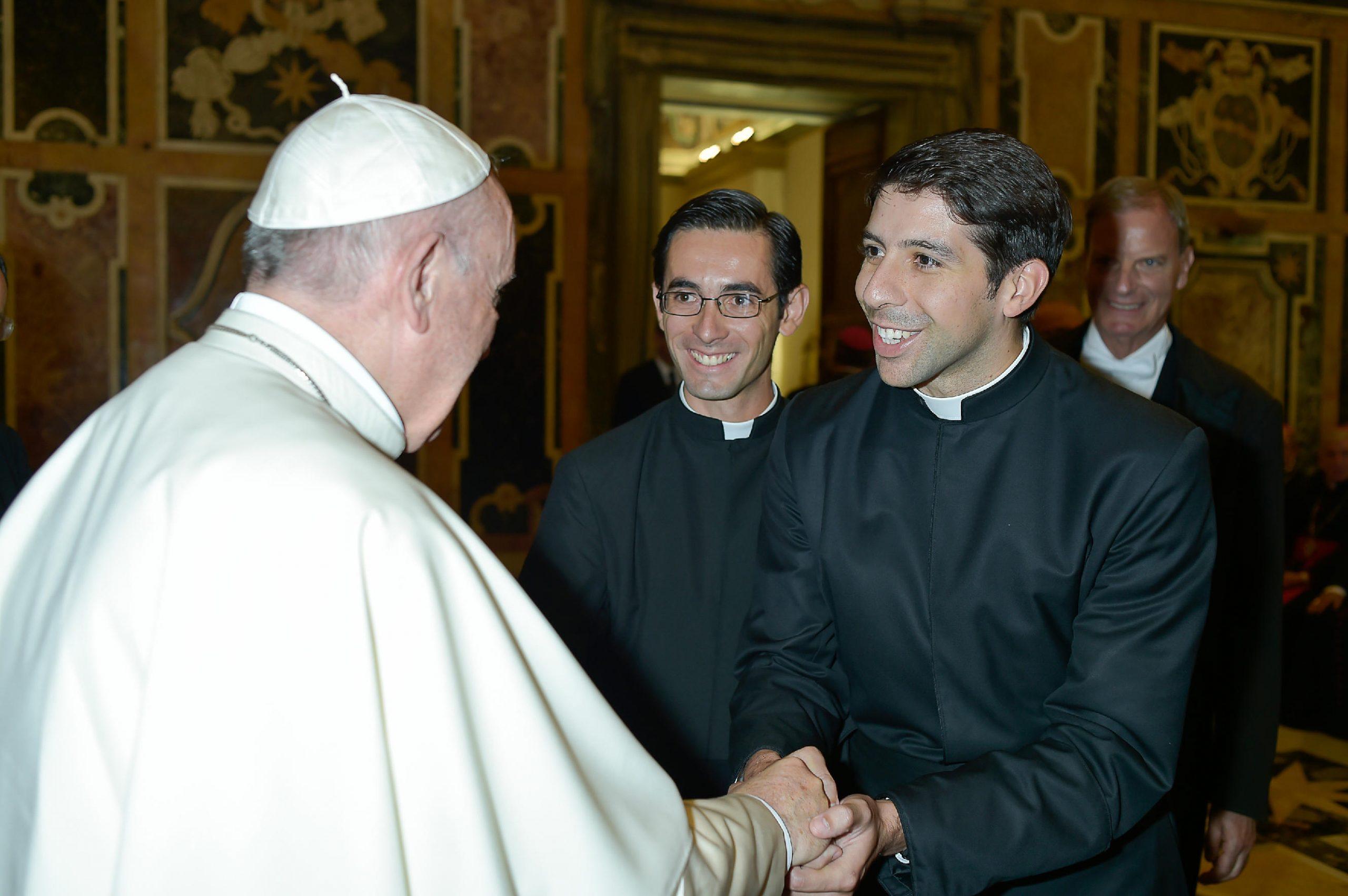 El P. Francisco Xavier Gutiérrez, LC, saludando al Papa Francisco