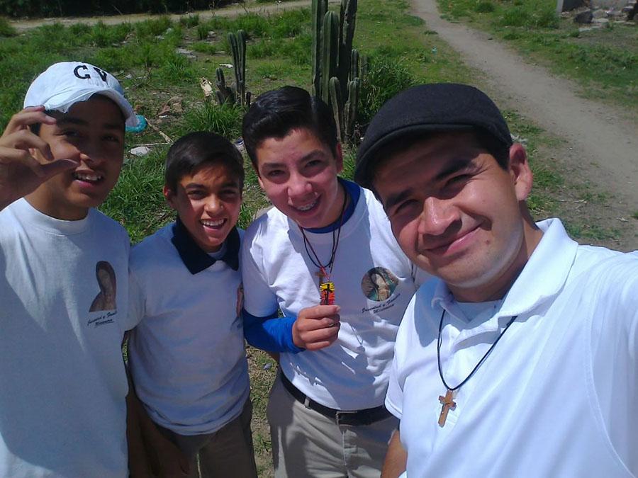 El P. Edgar Pulido, LC, junto a unos jóvenes en misiones en México