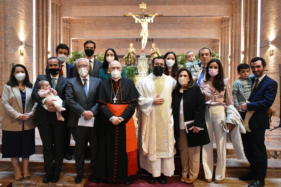 El P. Ignacio, con el Cardenal Osoro, sus padres y toda su familia