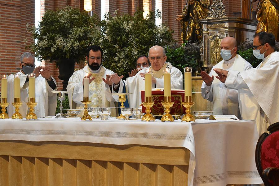 El P. Ignacio consagrando en la Misa de su ordenación sacerdotal