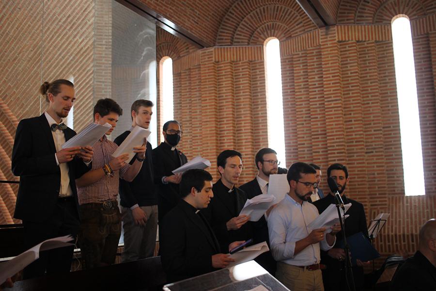 Parte del coro de la misa, compuesto por legionarios, consagradas y amigos. La música fue compuesta especialmente para esta ordenación