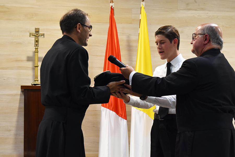 El H. Marcos Caras recibe la sotana de manos del P. Javier Cereceda, L.C., director territorial de España